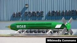 """Birleşen Ştatlaryň """"GBU-43/B Massive Ordnance Air Blast Bomb"""" (MOAB) kysymly bombasy."""