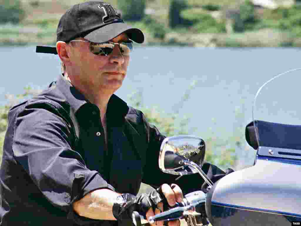 Володимир Путін на мотоциклі «Харлі-Девідсон» під час мотошоу у СевастополіPhoto by Alexei Pavlishak for ITAR-TASS