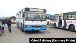 «Алтын Орда» базары жанындағы автобус тұрағы. Алматы облысы, 17 сәуір 2013 жыл.