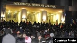 Акция протеста у здания парламента Молдовы, Кишинев.