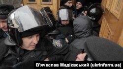 Журналісти намагаються увійти до будівлі мерії у Харкові. 18 листопада 2015 року