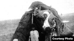 """Кыргыз алачыгы.""""Азаттыктын"""" 1916-жылдагы Үркүн боюнча топтолгон сүрөттөрүнөн."""