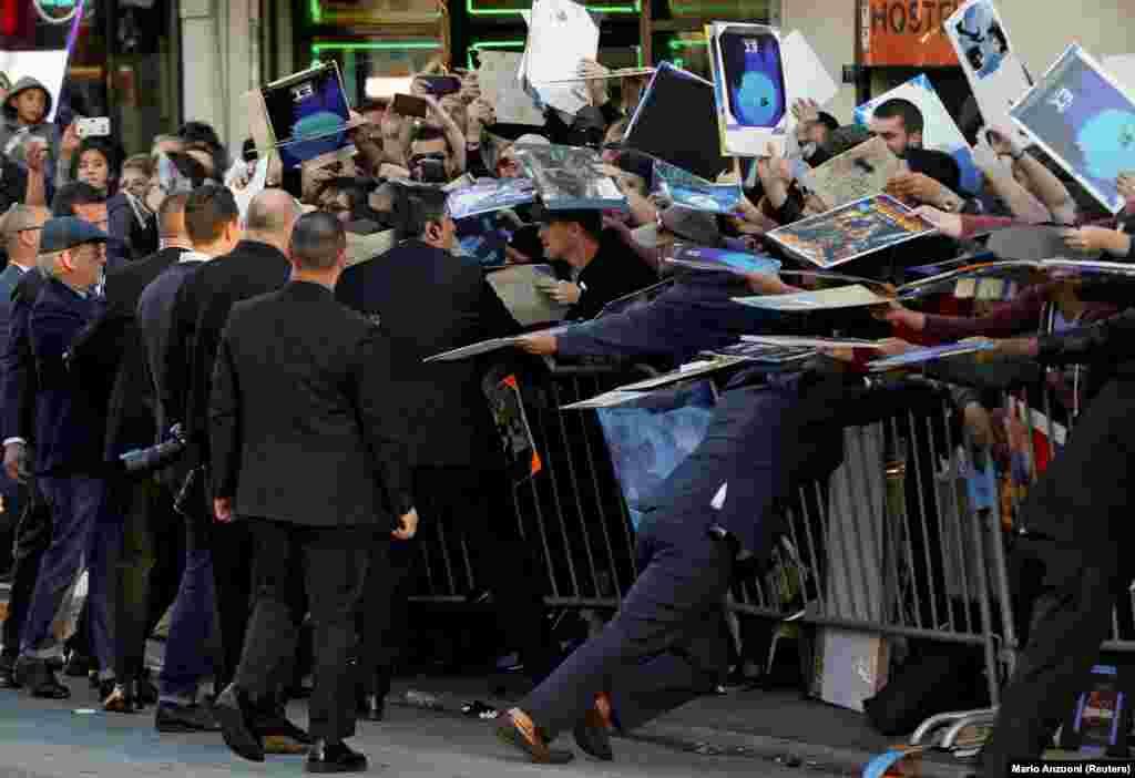 Рэжысэр Стывэн Сьпілбэрг дае аўтографы падчас прэм'ры свайго фільму «Першаму гульцу падрыхтавацца» ў Лос-Анджэлесе 26 сакавіка 2018