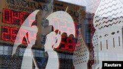 Витрина пункта обмена валют в Москве. Иллюстративное фото.