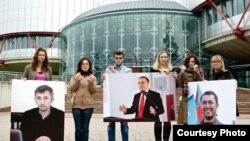 Демонстрация с требованием освобождения политзаключенных в Азербайджане у здания ПАСЕ в Страсбурге
