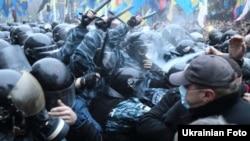Столкновения участников евроинтеграции Украины с милицией у здания правительства.