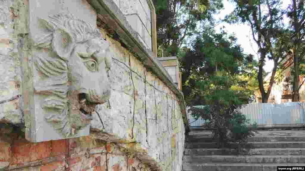 Голова лева –одна з небагатьох скульптур, які вижили під час «реконструкції»