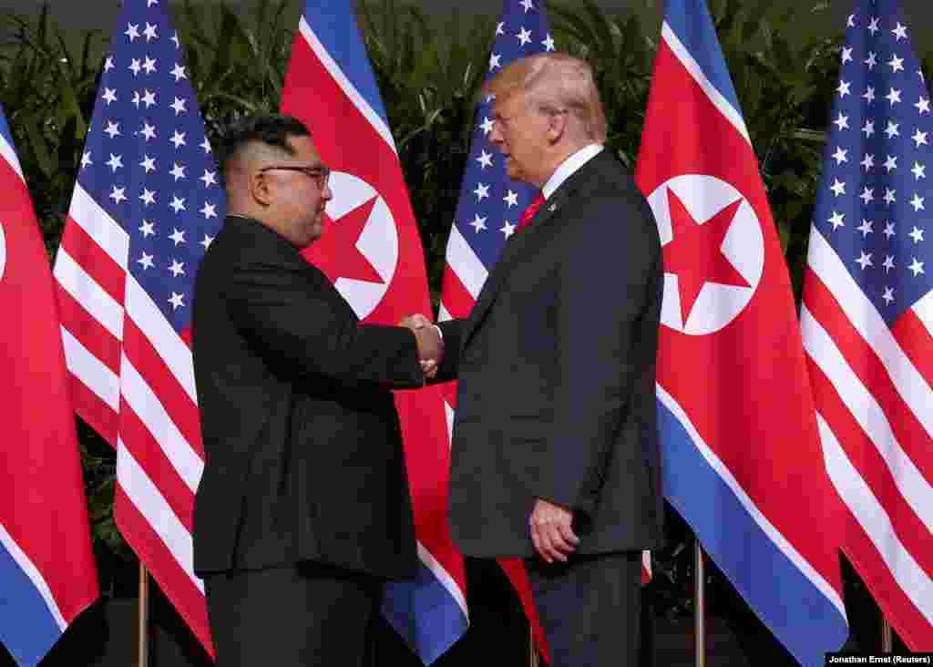 Первое рукопожатие Дональда Трампа и Ким Чен Ына.