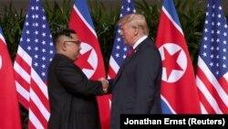 Лідер КНДР Кім Чен Ин (ліворуч) зустрівся із президентом США Дональдом Трампом у Сінгапурі, 12 червня 2018 року