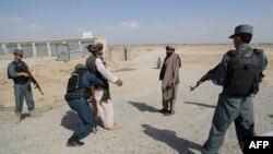 """Ауған әскері күдікті """"Талибан"""" мүшелерін тексеріп жатыр. Газни уәлаяты, 14 тамыз 2013 жыл. Көрнекі сурет"""