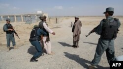 Сотрудники сил безопасности Афганистана ведут досмотр на одном из контрольно-пропускных пунктов. Иллюстративное фото.