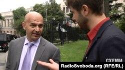 Ігор Кононенко і журналіст програми «Схеми» Максим Савчук