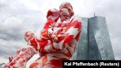 یک چیدمان هنری در فضای باز با برداشتی از مفهوم همهگیری کرونا در فرانکفورت آلمان