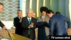 Türkmenistanyň prezidenti Gurbanguly Berdimuhamedow «Olimpiýa» şäherçesiniň düýbüni tutuş dabarasynda, 5-nji noýabr.