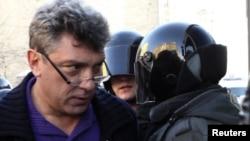 """Борис Немцов, задержанный сегодня во время акции """"Стратегии 31"""" в Петербурге"""