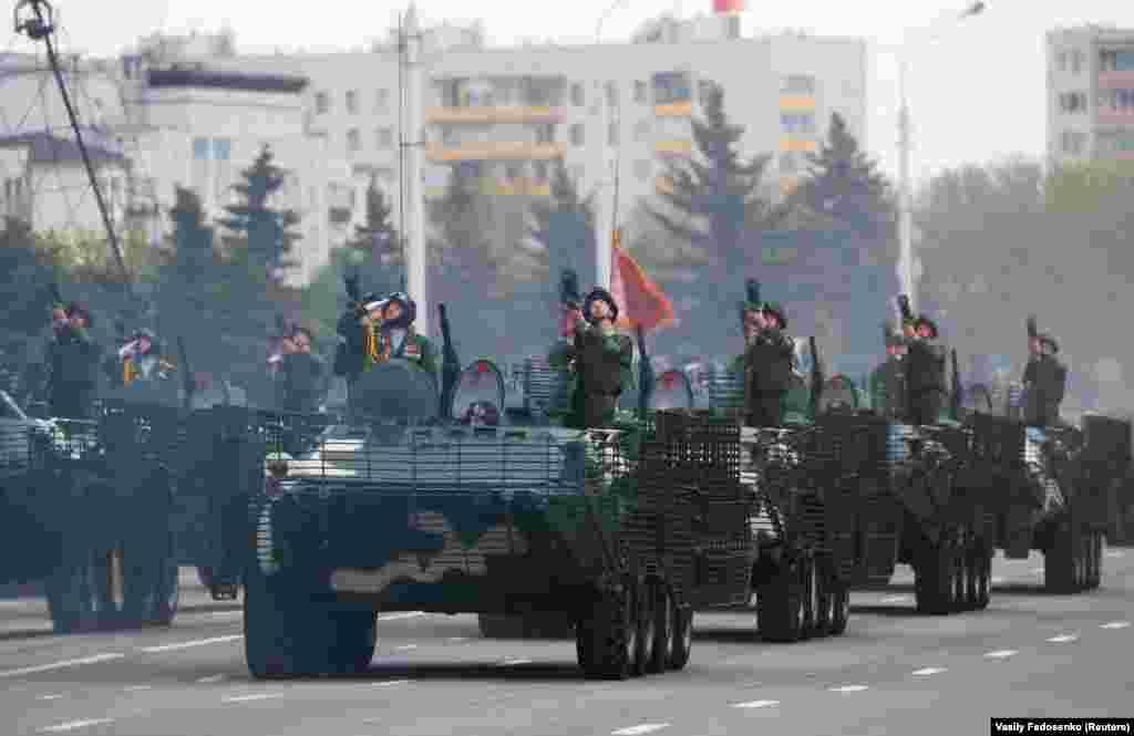 В параде приняли участие танки и бронированные автомобили