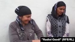 Фируза (слева) и Манзура (справа) столкнулись с проблемой определения своего статуса в Таджикистане.