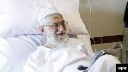 Иранның рухани көсемі Аятолла Әли Хаменеидің қуық безіне жасалған операциядан бір күннен кейінгі суреті. Тегерен, 9 қыркүйек 2014 жыл.