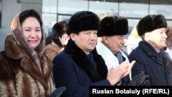 """Бауыржан Байбек (второй слева) в бытность заместителем председателя партии """"Нур Отан"""" на церемонии открытия Года Ассамблеи народа Казахстана. Астана, 6 февраля 2015 года."""