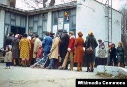 Sowet döwründe Ukrainada kinoteatryň öňündäki nobat - 1981-nji ýyl.