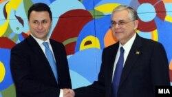 Премиерот Никола Груевски се сретна со неговиот грчки колега Лукас Пападимос на маргините на Самитот на Европската унија во Брисел.