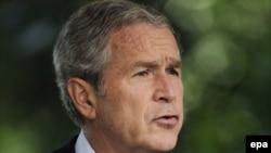 جرج بوش گفت که در برهه کنونی، به رغم مخالفت برخی، طرفدار دخالت دولت در بازار است. (عکس: epa)