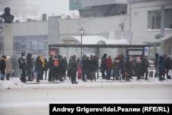 Улица Петербургская, начало. На этом снимке одномоментно запечатлены более сорока человек. Фото сделано в разгар буднего и далеко не самого погожего дня, 26 декабря 2018 года.