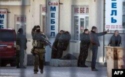 Російські військові проводять арешт українських військовослужбовців під час спецоперації в Сімферополі, 18 березня 2014 року