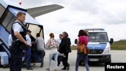 Refgugjatët nga Shqipëria dhe Kosova duke hyrë në aeroplan me të cilin kthehen në vendet e tyre