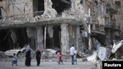 Соғыстан қираған үйдің маңында жүрген адамдар. Сирия, 4 қыркүйек 2013 жыл.
