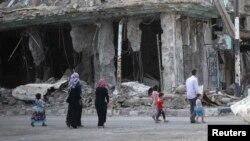 Люди посреди разрушенных улиц города Дейр-эз-Зор