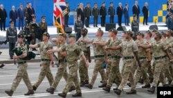 Иллюстрационное фото: британские военные на параде в честь Дня Независимости Украины на Крещатике в Киеве, 24 августа 2017 года