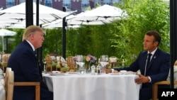 АҚШ президенті Дональд Трамп (сол жақта) пен Франция президенті Эммануэль Макрон. Биарриц, Франция, 24 тамыз 2019 жыл.