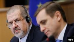 Лидер крымско-татарской общины Рефат Чубаров (слева) и посол Украины в Евросоюзе Константин Елисеев. Брюссель, 24 марта 2015 года.