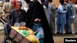 Утікачі з Північного Вазиристану до сусіднього регіону Банну отримують гуманітарну допомогу, фото 6 червня 2014 року