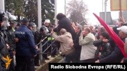 Судири меѓу полицијата и стечајните работници на протестот пред владата во Скопје. 18 февруари 2014