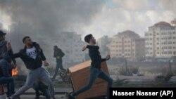 Израил армиясына каршы таш ыргытып жаткан палестиналыктар.