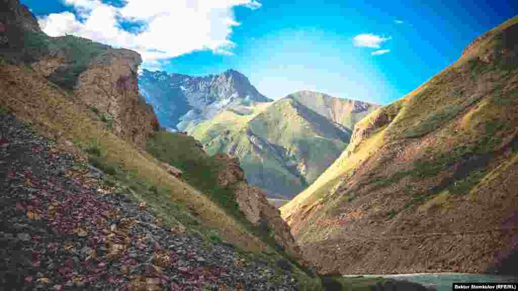 Сарыжаз аңғары 2700-3600 метр аралығындағы биіктікте орналасқан. Оның бас жағында Сарыжаз(Семенов шыңы, 5816 м) және Теріскей Алатау (Каракөл шыңы, 5280 м) жоталары бар.