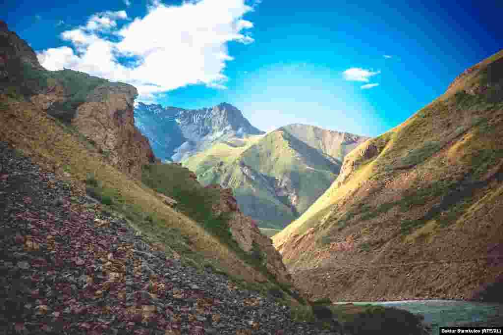 Сары-Джазская долина раскинулась на высоте от 2700 м до 3600 м. Верхнюю часть ее окаймляют хребты Сары-Джаз (пик Семенова, 5816 м) и Терскей-Ала-Тоо (пик Каракол, 5280 м).