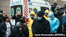 В Олександрівській лікарні провели показове тренування доправлення хворого на коронавірус та дезинфекції карети швидкої. Київ, 28 лютого 2020 року