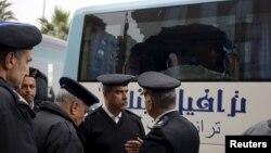 Египетте шабуыл жасалған автобус жанында тұрған полицейлер (Көрнекі сурет).
