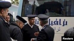 Каирде туристер автобусы жанында тұрған полиция өкілдері. 7 қаңтар 2016 жыл.
