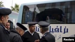 Полицейские рядом с туристическим автобусом, подвергшимся атаке. Каир, 7 января 2016 года.
