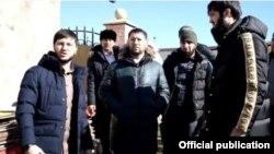 Врио мэра Грозного Иса Хаджимурадов (в центре)