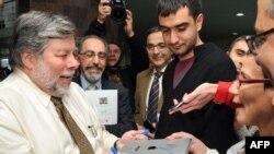 Возняк Ереван университеты студентлары белән очрашуда автографлар тарата