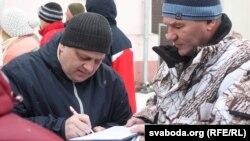 Аляксандар Кабанаў зьбірае подпісы супраць дэкрэту №3, архіўнае фота