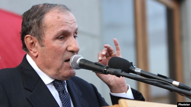 Armenia -- Armenian National Congress leader Levon Ter-Petrossian speaks at anopposition rally in Yerevan, 26Jun2012.