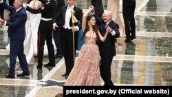 Аляксандар Лукашэнка танцуе з Марыяй Васілевіч, сьнежань 2018