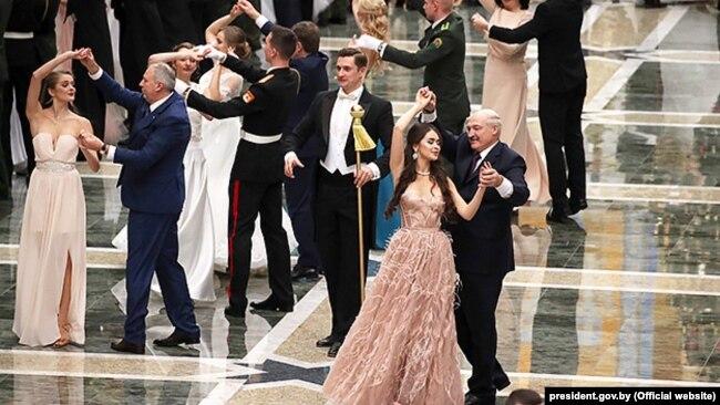 Депутатка Марія Василевич танцює з Олександром Лукашенком на Республіканському новорічному балі для молоді в Палаці незалежності, 28 грудня 2018 року