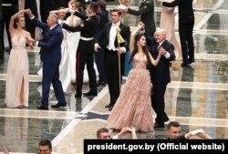 Марыя Васілевіч танчыць з Аляксандрам Лукашэнкам на Рэспубліканскім навагоднім балі для моладзі ў Палацы Незалежнасьці, 28 сьнежня 2018 году